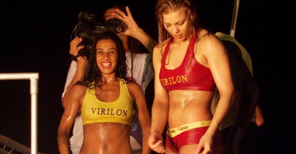 As ex-dançarinas do grupo É o Tchan Scheila Carvalho (à esq.) e Sheila Mello (à dir.) mostram corpão durante apresentação no Carnaval de Salvador (BA), em 2001.