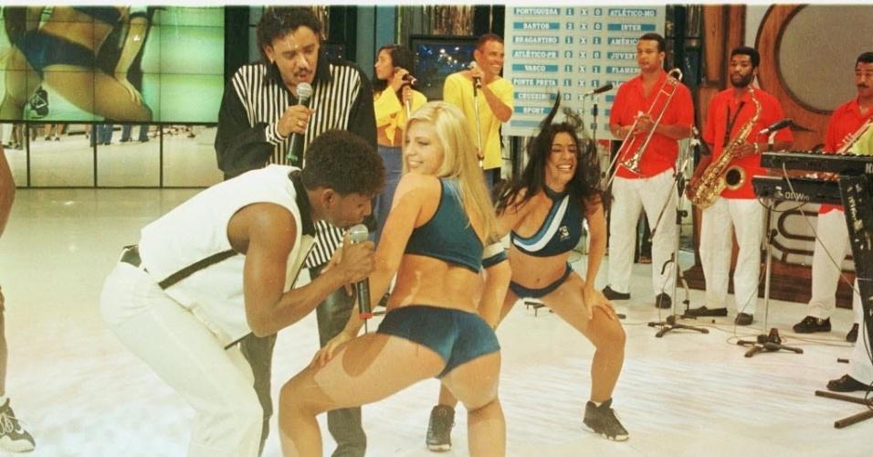 """Sheila Mello, ex-dançarina do grupo É o Tchan, rebola após ganhar o concurso da Loira do Tchan, realizado no """"Domingão do Faustão"""" em 1998. Sheila posou para a revista """"Playboy"""" no mesmo ano."""