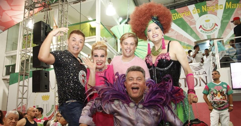 24.jan.2015 - David Brazil, Rogéria, Bruno Chateaubriand, Samile Cunha e Milton Cunha posam para foto no Palácio do Samba, durante ensaio da Estação Primeira de Mangueira. O grupo anunciou o Baile Glam Gay, que será realizado pela Verde e Rosa no dia 11 de Fevereiro.