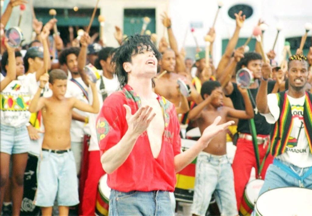Michael Jackson durante gravação de clipe no Pelourinho, em 1995