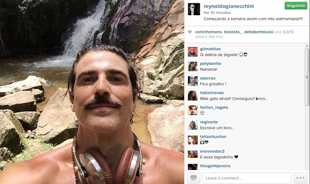 26.jan.2015- De bigodão, Reynaldo Gianecchini faz selfie em cachoeira: