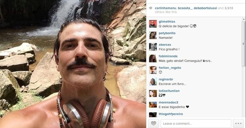 """26.jan.2015- De bigodão, Reynaldo Gianecchini faz selfie em cachoeira: """"Começando a semana assim com muito axé! Namastê!"""", escreveu o ator no Instagram"""