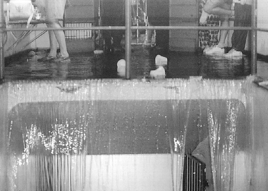 27.jan.1995 - Água acumulada pela chuva no estádio do Pacaembu cai como cascata durante show dos Rolling Stones