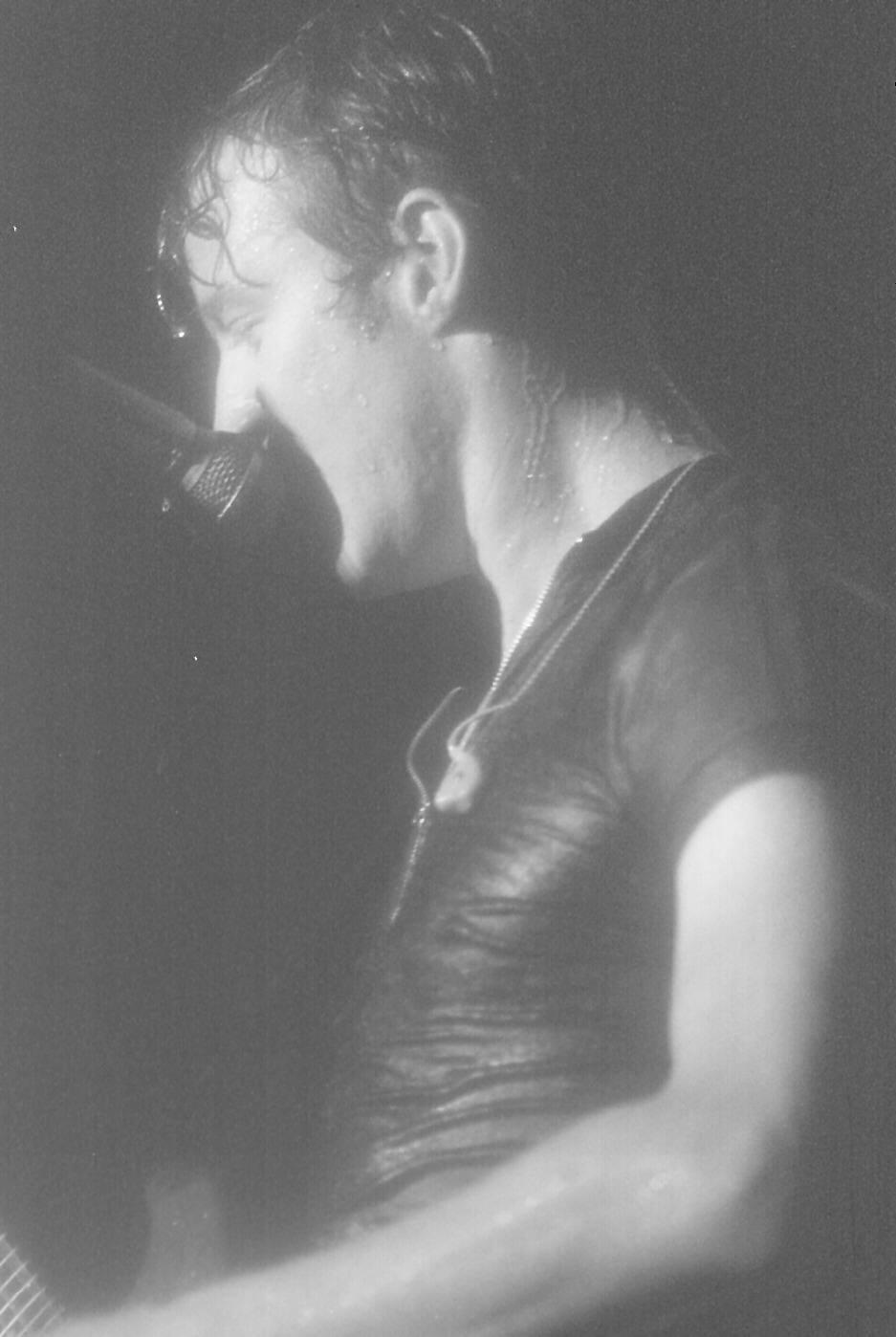 27.jan.1995 - Chris Barron, da banda Spin Doctors, em apresentação sob forte chuva; banda tocou antes dos Rolling Stones no Hollywood Rock de 1995
