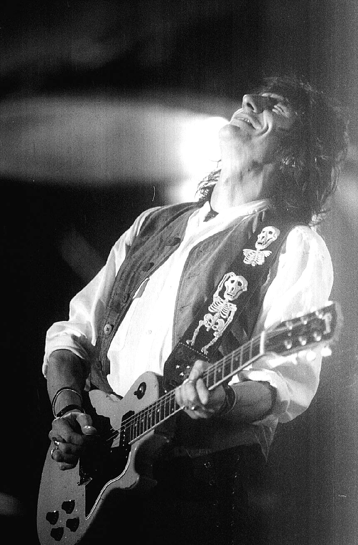 27.jan.1995-O guitarrista dos Rolling Stones, Ronnie Wood, durante o primeiro show dos Rolling Stones no Brasil