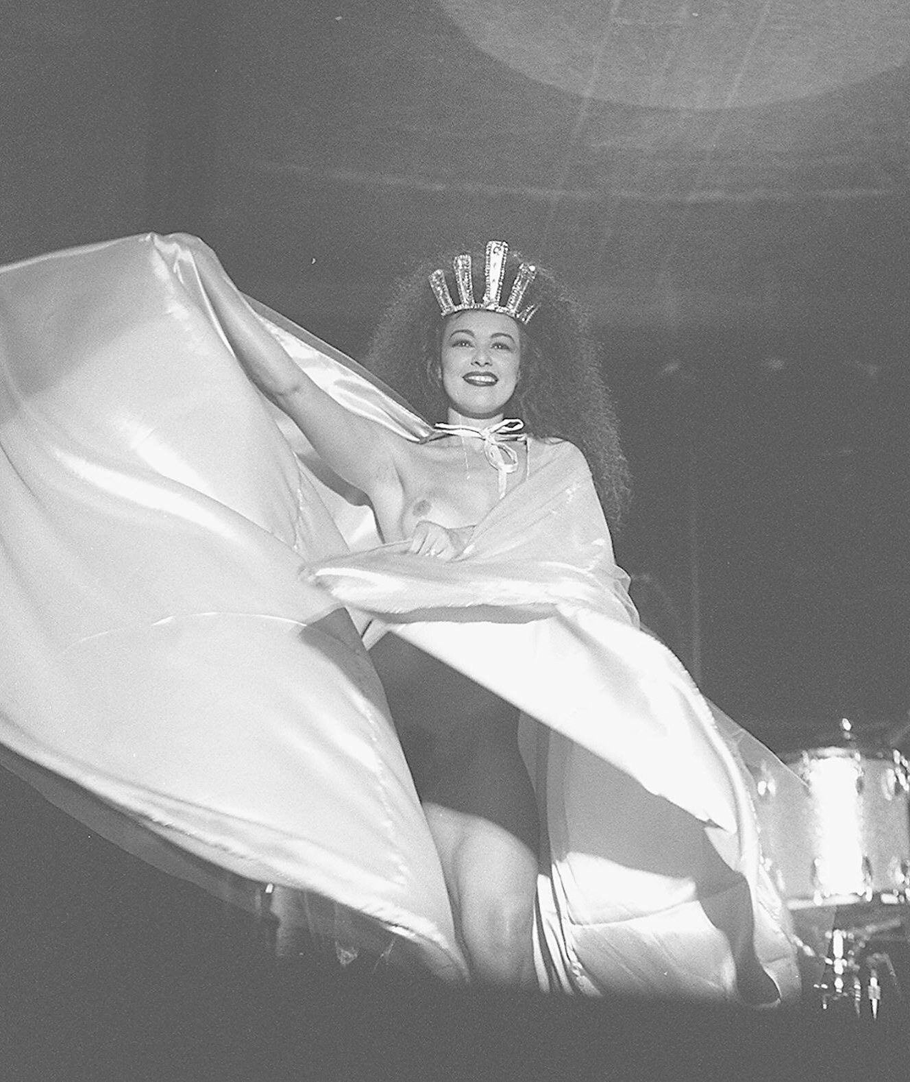 28.jan.1995 - A modelo Valéria Mendonça aparece nua durante a música