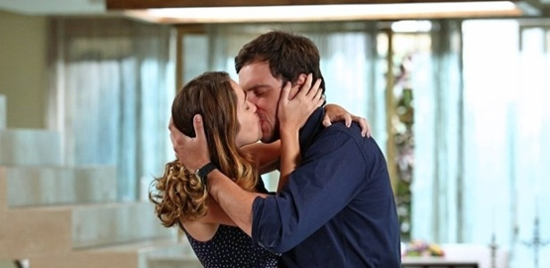 Laura e Caíque se beijam após a jornalista se declarar