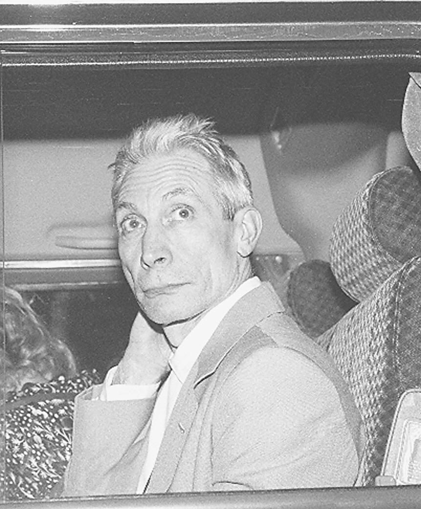 O baterista dos Rolling Stones, Charlie Watts, na van que o levou do aeroporto ao hotel