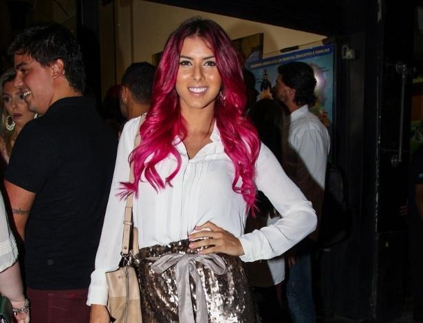 26.jan.2015 - A ex-panicat Thaís Bianca exibe seus cabelos rosas na estreia para convidados do espetáculo