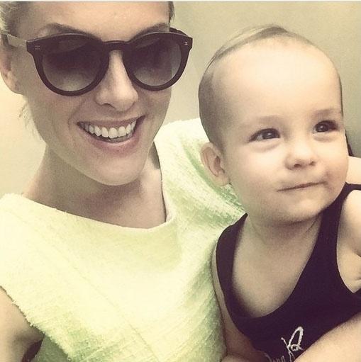 27.jan.2014 - A apresentadora Ana Hickmann sorri com o filho, Alexandre, nos braços
