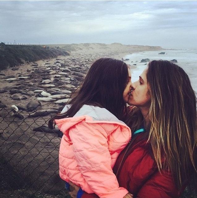 27.jan.2015 - A atriz e apresentadora Ingrid Guimarães e sua filha, Clara, visitam praia repleta de elefantes marinhos durante viagem à região de Big Sur, na Califórnia (EUA)