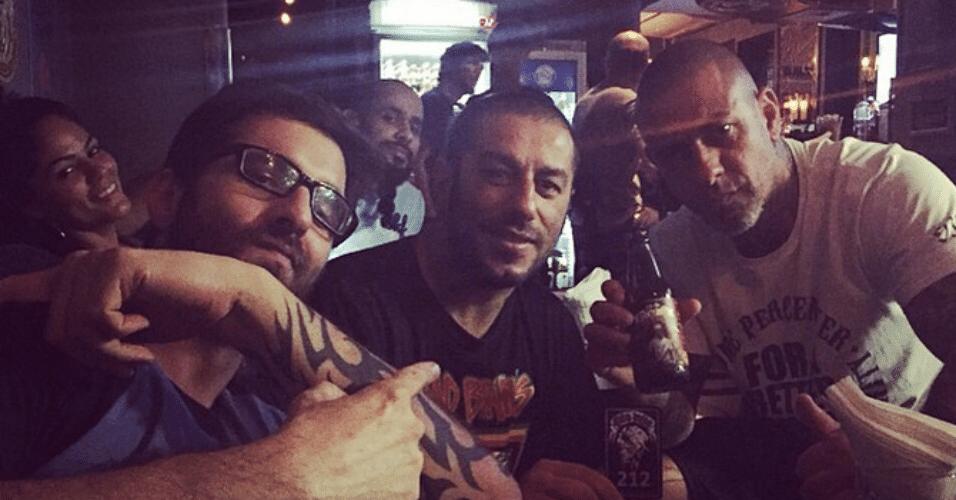 27.jan.2015 - Rafinha Bastos visita um gastropub dos sócios Baduí e Henrique Fogaça, vocalista do CPM22 e jurado do