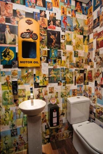 A temática anos 1960 se repete no banheiro que dá apoio ao espaço Harley, no subsolo da casa em Curitiba (PR). O projeto é do arquiteto Jorge Elmor
