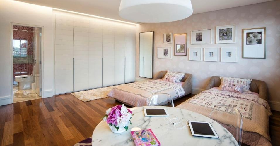 Como as filhas do casal têm idade próxima, a opção foi fazer um amplo quarto para a dupla, capaz de comportar as funções requeridas: estudo, lazer e descanso. Destacam-se nesse espaço, o papel de parede Goya e as camas Ligne Roset. A casa em Curitiba (PR) foi projetada pelo arquiteto Jorge Elmor