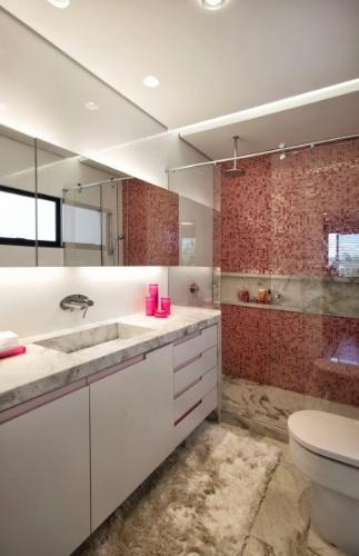 Para o banheiro das meninas o projeto manteve-se fiel à combinação de rosa e branco, com pastilhas de vidro Bisazza e piso e bancada de mármore branco Paraná (Michelangelo). A casa em Curitiba (PR) tem arquitetura e interiores concebidos por Jorge Elmor