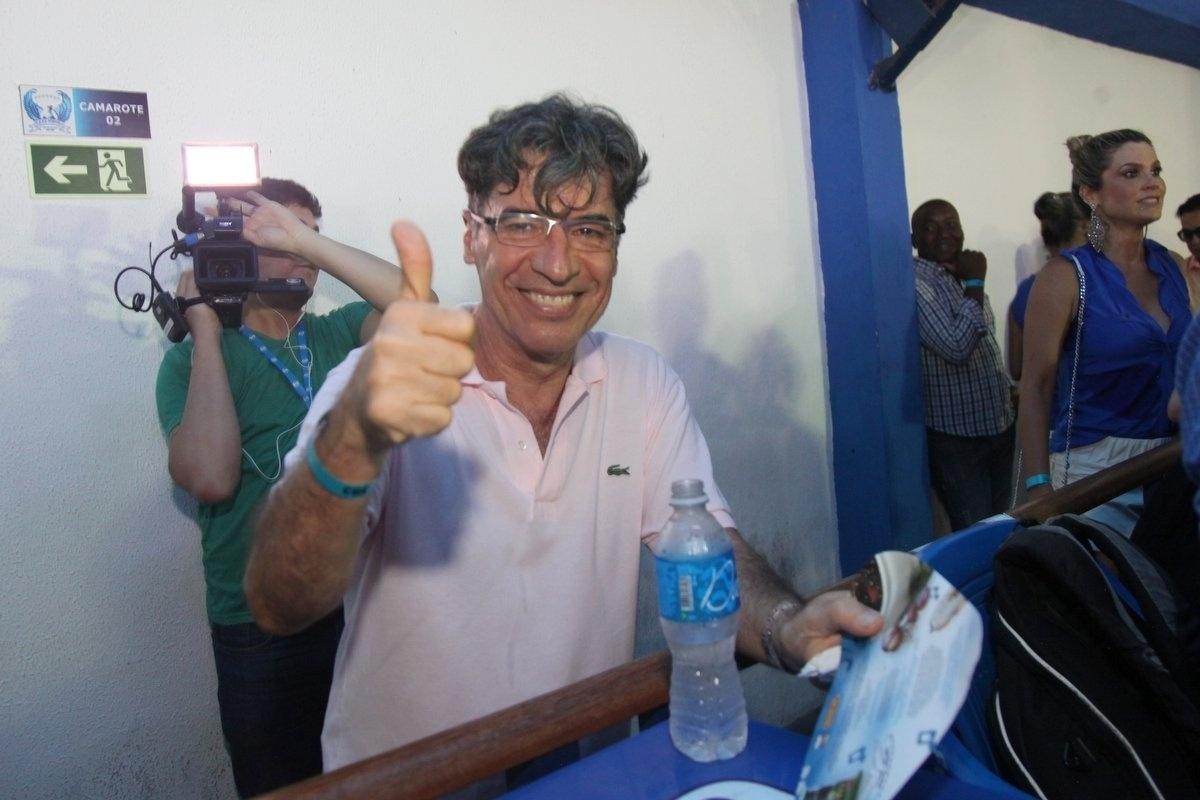 28.jan.2015 - Paulo Betti curte o ensaio das alas da comunidade da escola Portela, na quadra da agremiação nesta quarta-feira. Além dela, vários atores do elenco de