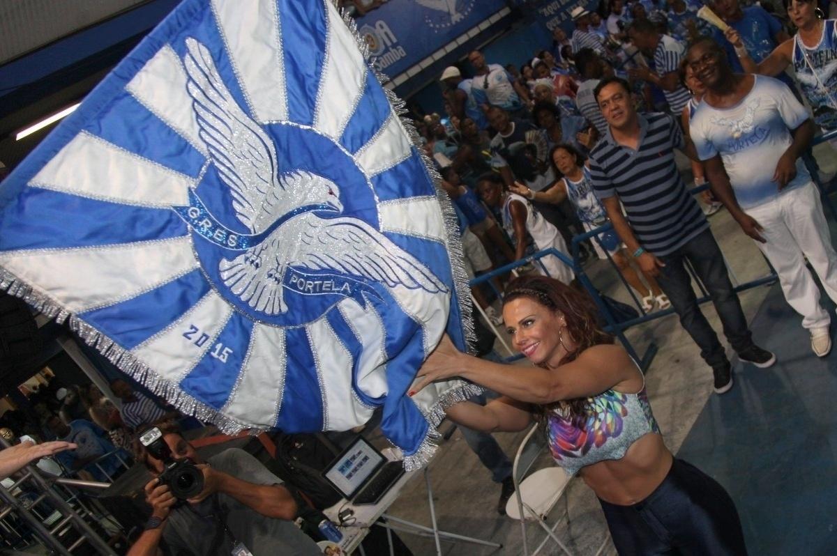 28.jan.2015 - Viviane Araujo reverencia a bandeira da Portela ensaio das alas da comunidade na quadra da agremiação nesta quarta-feira. Além dela, vários atores do elenco de