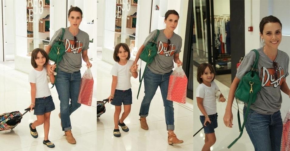 29.jan.2015 - A atriz Débora Falabella foi flagrada passeando pelo shopping Higienópolis, no centro de São Paulo, junto com sua pequena filha, Nina, nesta quinta-feira