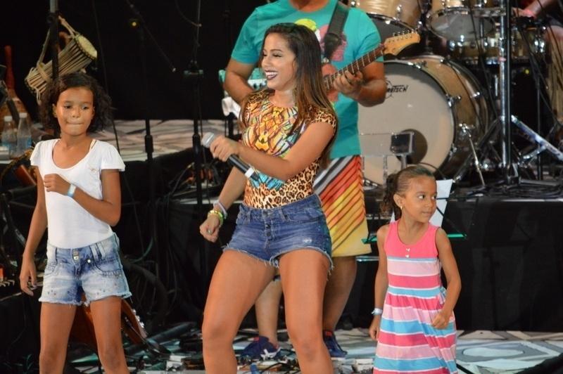 29.jan.2015 - Anitta requebra ao lado de crianças no palco do Sarau Kids, baile infantil promovido por Carlinhos Brown, em Salvador, nesta quinta-feira. Na apresentação, a funkeira deixou mensagens para os pequenos como nunca deixar de estudar