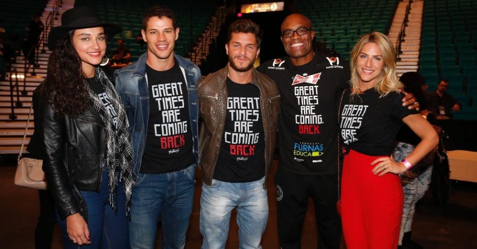 30.jan.2015 - Atores se divertem com Anderson Silva, em visita a um octógono oficial, nesta sexta-feira, um dia antes do lutador enfrentar Rick Diaz, em Las Vegas, nos Estados Unidos, pelo UFC 183