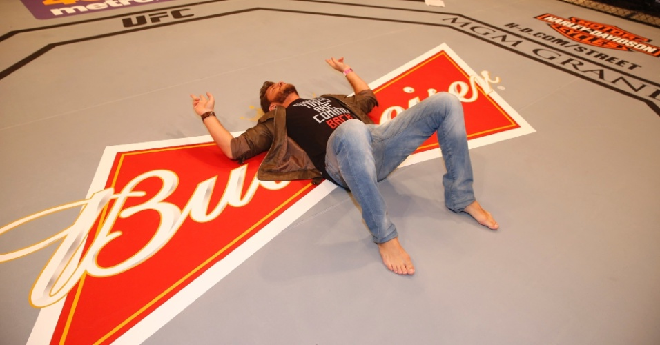 30.jan.2015 - Exausto, Klebber Toledo deita no chão em visita a um octógono oficial, nesta sexta-feira, um dia antes da luta entre Anderson Silva e Rick Diaz, em Las Vegas, nos Estados Unidos