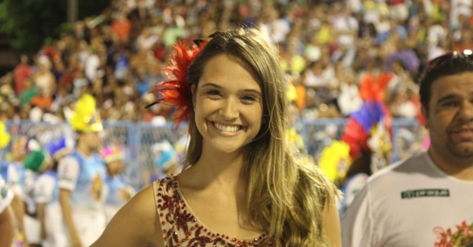 1.fev.2015 - A atriz Juliana Paiva chega na Sapucaí correndo contra o tempo para participar do ensaio técnico da escola, na Sapucaí