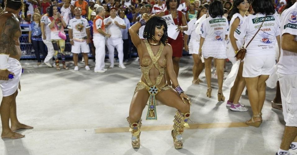 1.fev.2015 - A ex-dançarina do Faustão Carla Prata roubou a cena ao desfilar caracterizada como Cleópatra no ensaio da Unidão da Ilha, no Rio de Janeiro