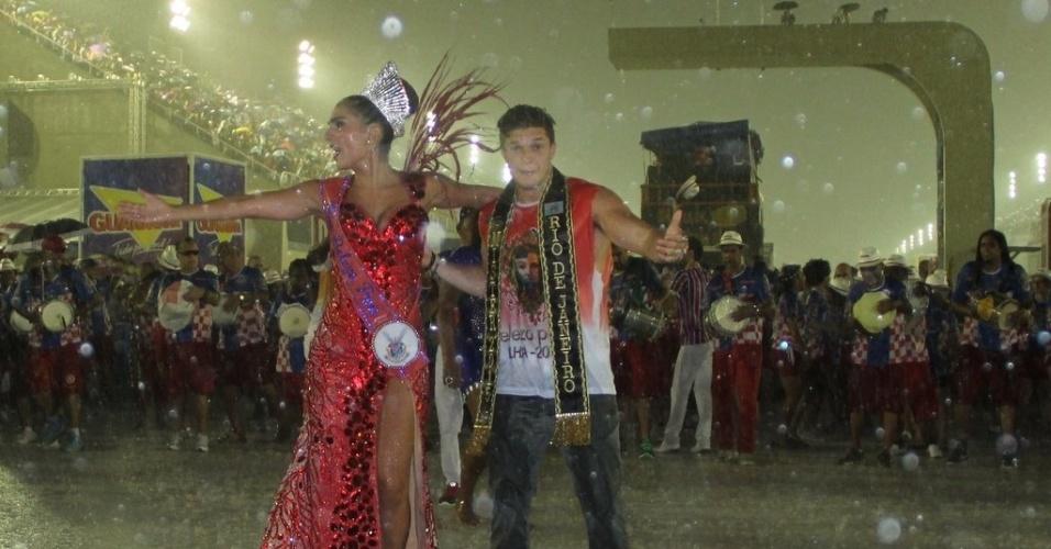 1.fev.2015 - A rainha de bateria Bruna Bruno e Gabriel Mandergan enfrentam forte chuva no ensaio técnico da União da Ilha