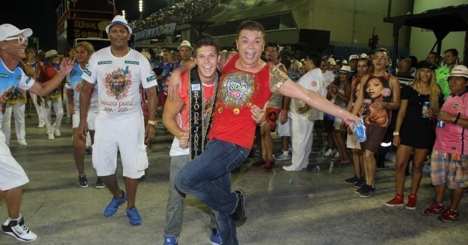 1.fev.2015 - David Brazil cai nos braços do Mister Universo Rio de Janeiro Gabriel Mandergan durante ensaio técnico da União da Ilha