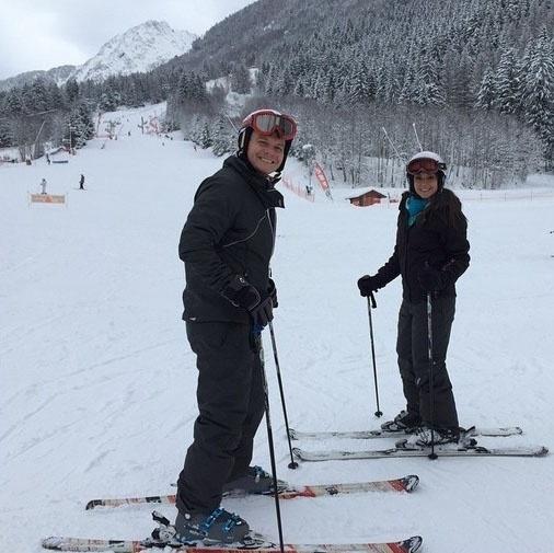 2.fev.2015 - O cantor Michel Teló e a atriz Thaís Fersoza curtem férias em estação de esqui de Mont Blanc, na França