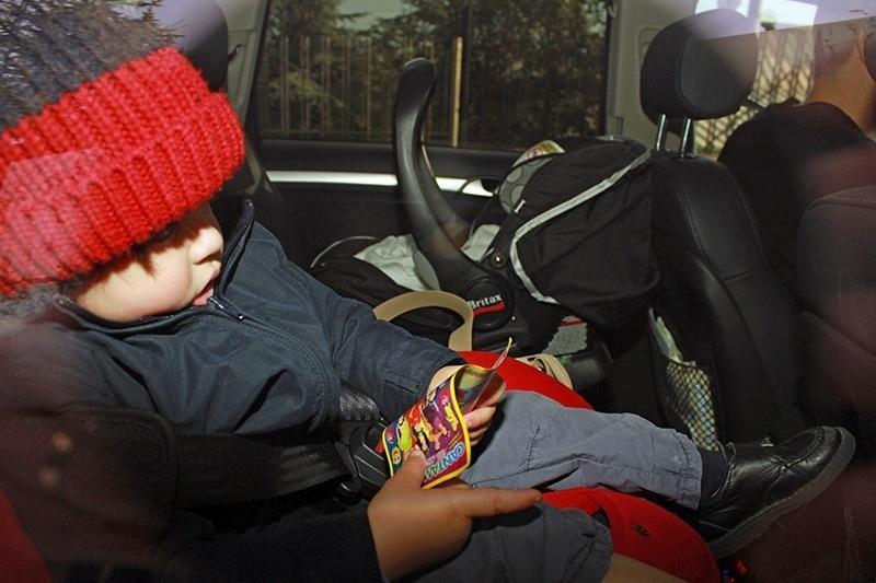 O primogênito de Shakira, Milan, deixou o hospital ao lado da mãe e do irmão Sasha, em Barcelona, na Espanha