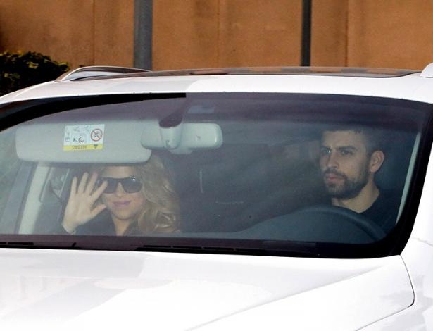 Shakira deixa o hospital ao lado de Pique após dar à luz Sasha