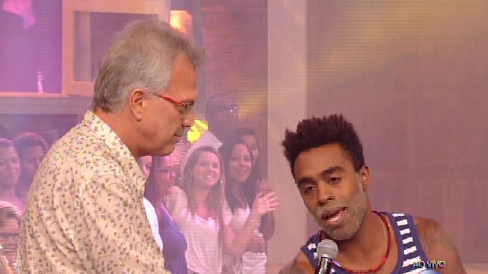 3.fev.2015 - O apresentador Pedro Bial recebe Douglas, segundo eliminado do