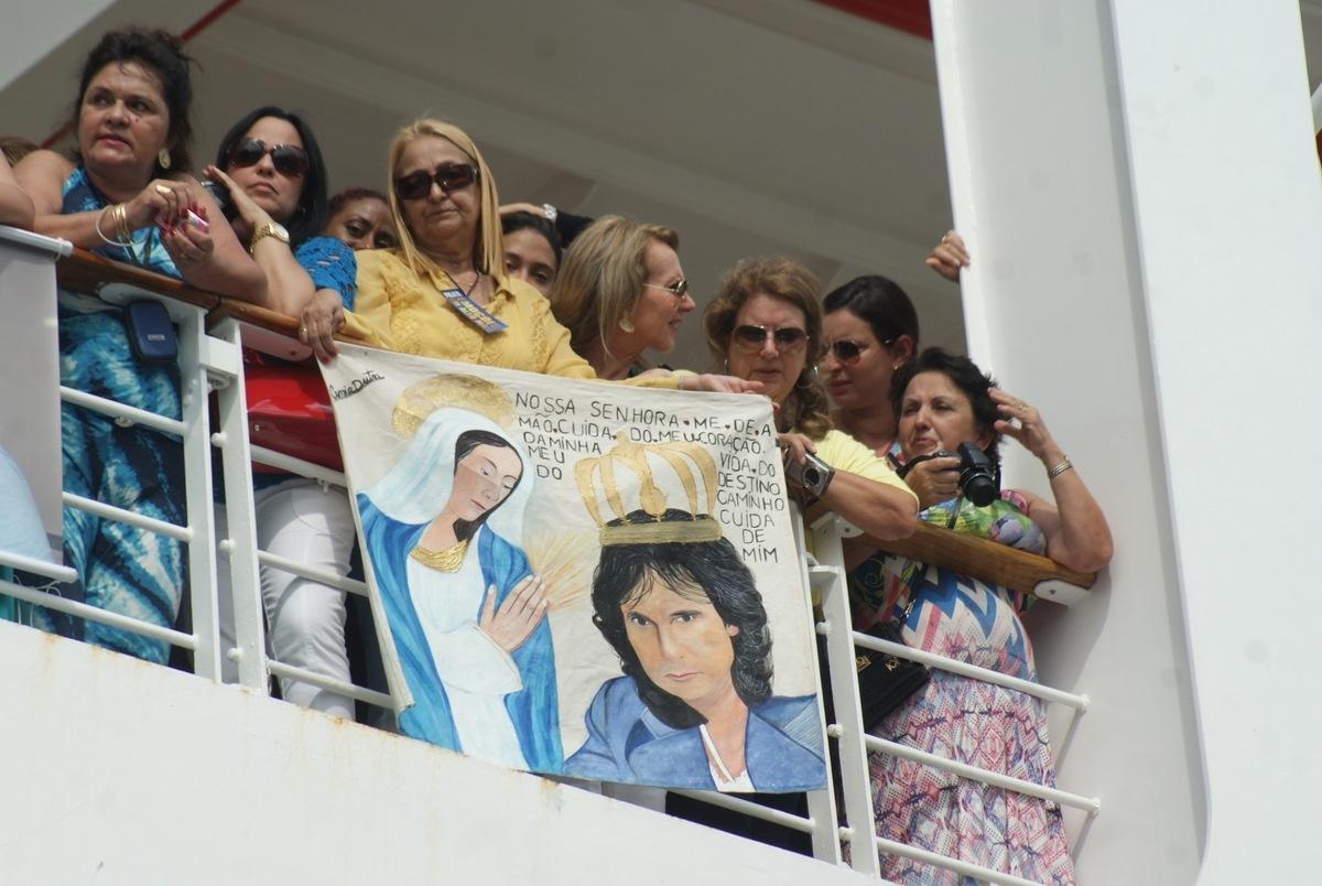 04.fev.2015 - Os fãs exibiram faixas na lateral do navio para homenagear Roberto Carlos