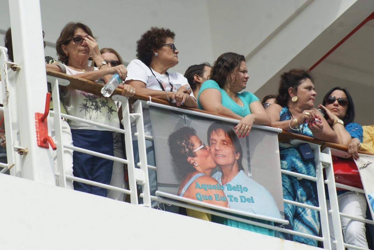 04.fev.2015 - Os fãs se reuniram na lateral do navio para acompanhar a chegada do rei no porto