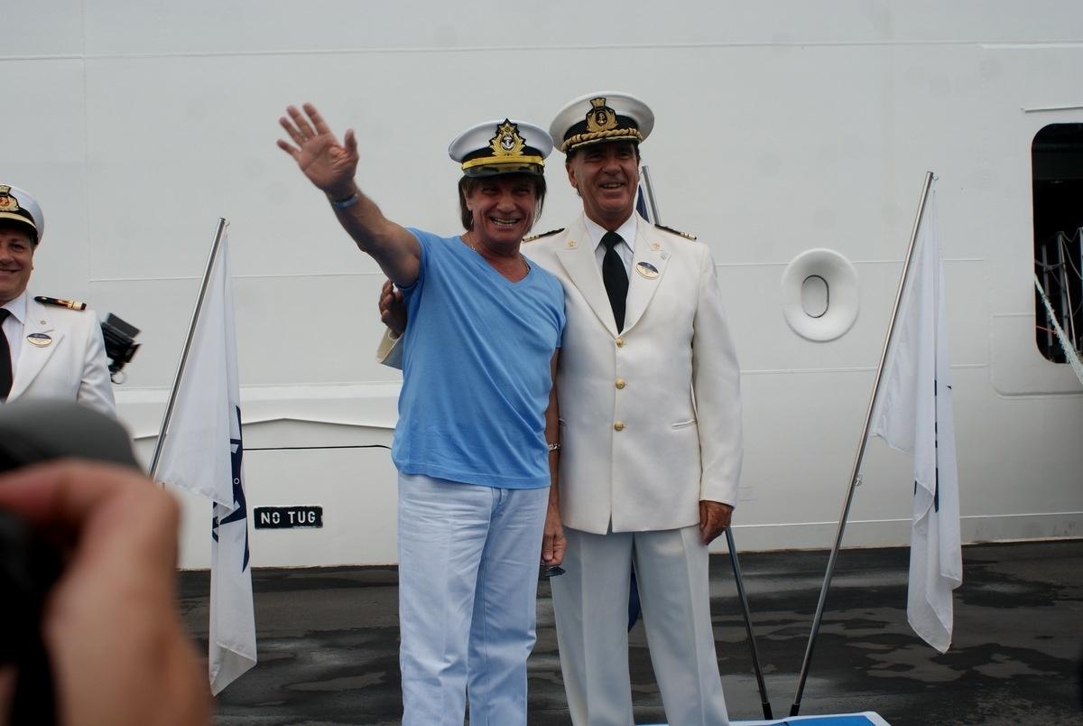 04.fev.2015 - O cantor Roberto Carlos chegou vestindo uma camisa na sua cor favorita, azul
