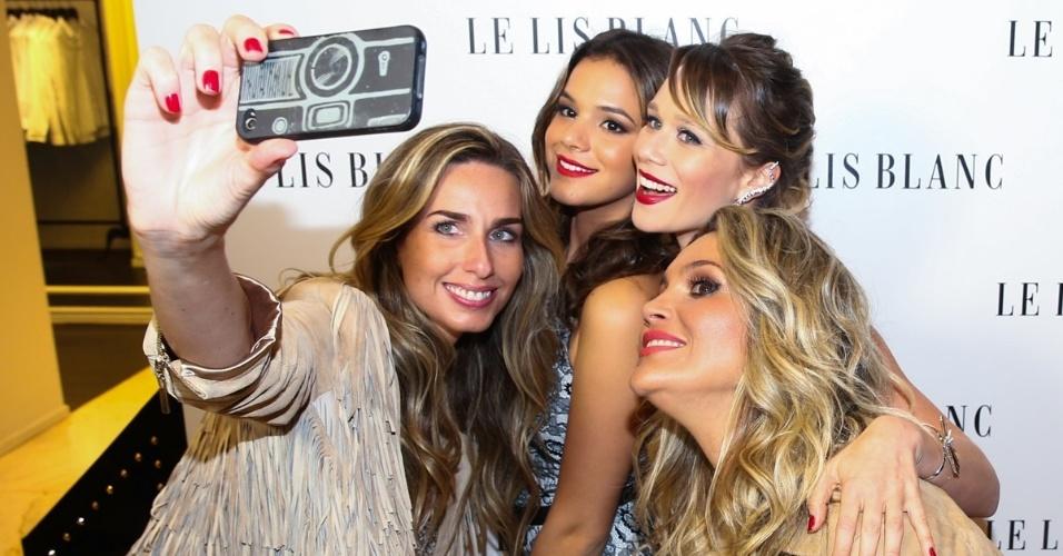 3.fev.2015 - Mariana Weickert faz selfie ao lado das atrizes Bruna Marquezine, Mariana Ximenes e Flavia Alessandra no lançamento de coleção de uma grife na rua Oscar Freire, na zona sul de São Paulo, nesta terça-feira