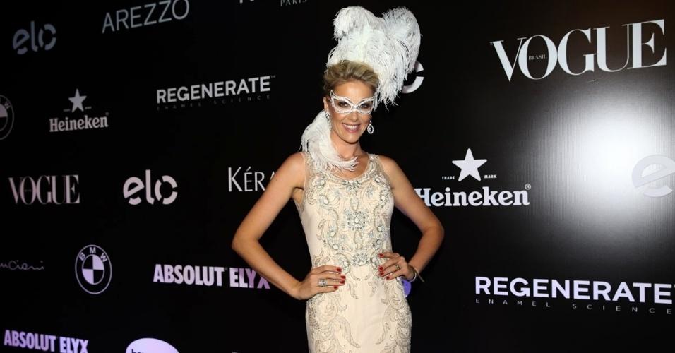 5.fev.2015 - Ana Hickmann vira mascarada de branco no Baile da Vogue, no hotel Unique, na zona sul de São Paulo, na noite desta quinta-feira
