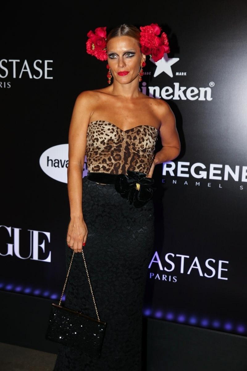 5.fev.2015 - Carolina Dieckmann surge quase irreconhecível durante o Baile da Vogue, no hotel Unique, na zona sul de São Paulo, na noite desta quinta-feira