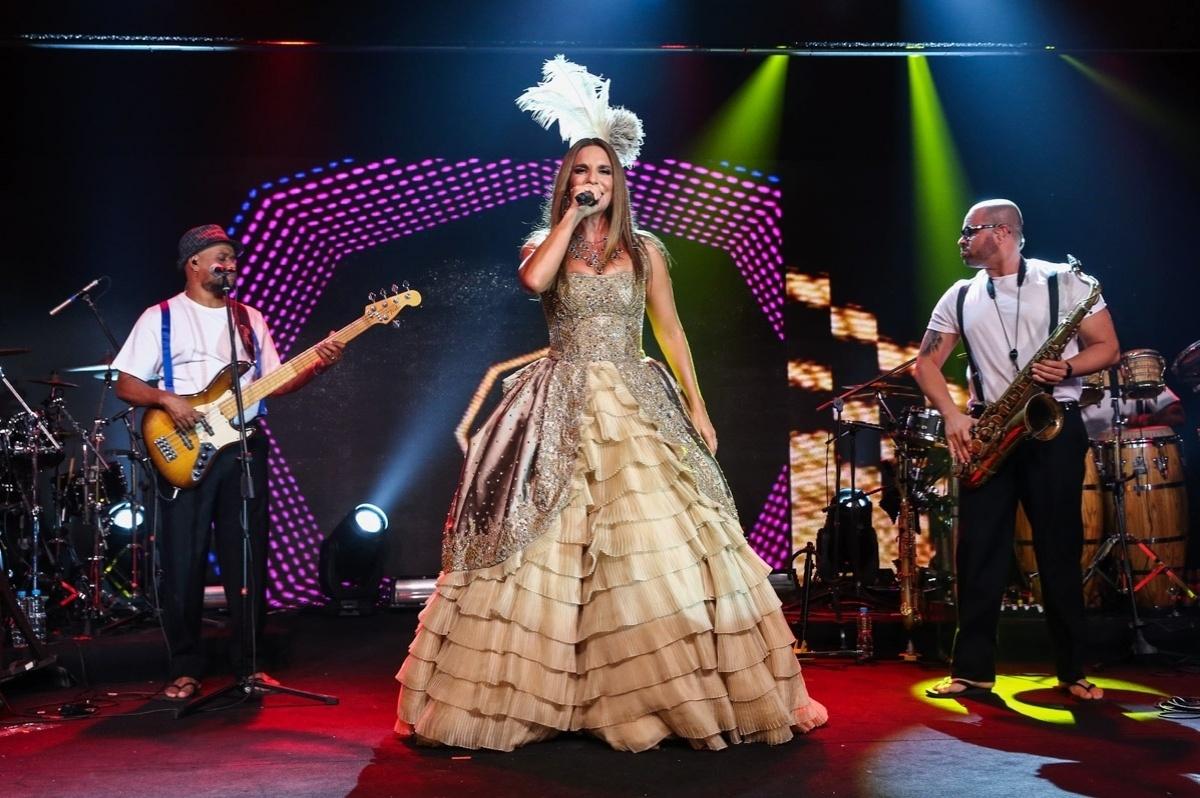 5.fev.2015 - Com um vestido rodado dourado, Ivete Sangalo canta e diverte os convidados do Baile da Vogue, no hotel Unique, na zona sul de São Paulo, na noite desta quinta-feira