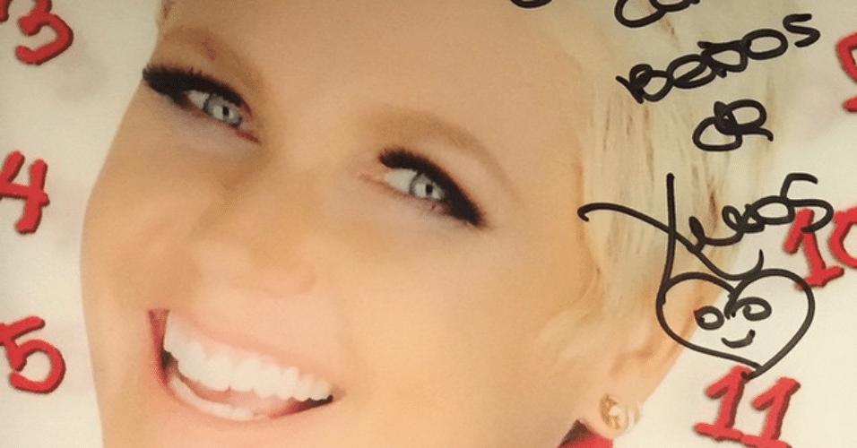 5.fev.2015 - Paulo Franco, superintendente artístico da Record, exibe autógrafo de Xuxa em um DVD, na noite desta quinta-feira