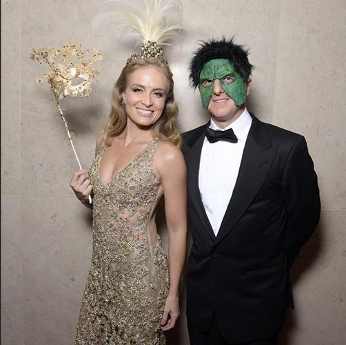 5.fev.2015 - Com vestido Patricia Bonaldi, Angélica é a mestre de cerimônias da noite e posou ao lado do marido Luciano Huck, que foi fantasiado de... Hulk!