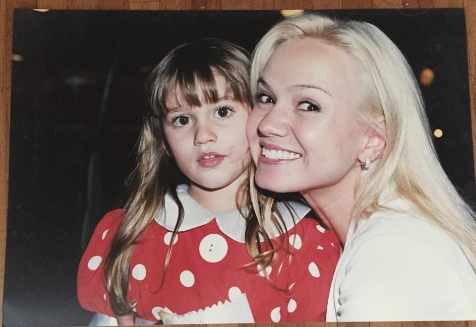 6.fev.2015- Xuxa mostra no Facebook foto antiga de Eliana com a filha: