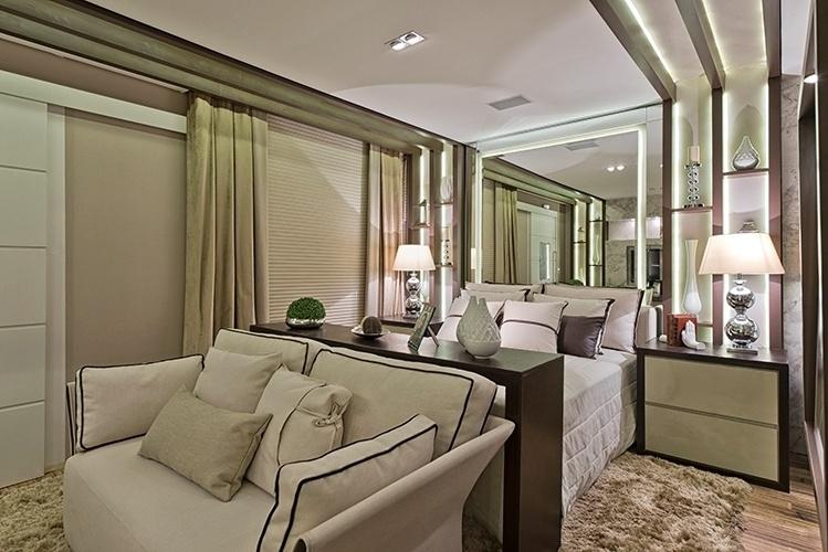 No lugar de uma cabeceira tradicional, a arquiteta Renata Mueller usou um espelho para ampliar a área de dormir do loft de uma advogada. O rasgo no painel espelhado recebeu uma iluminação em fita de LED