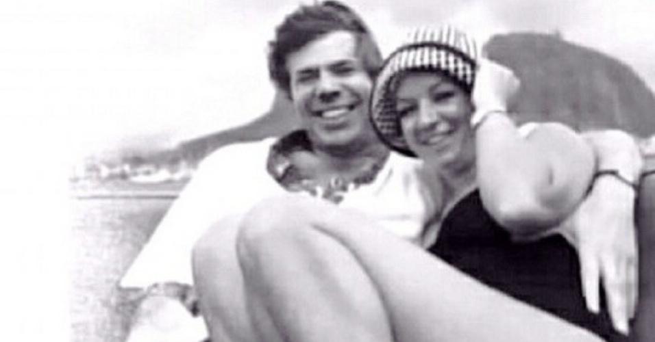 Silvio Santos e a mulher em foto antiga