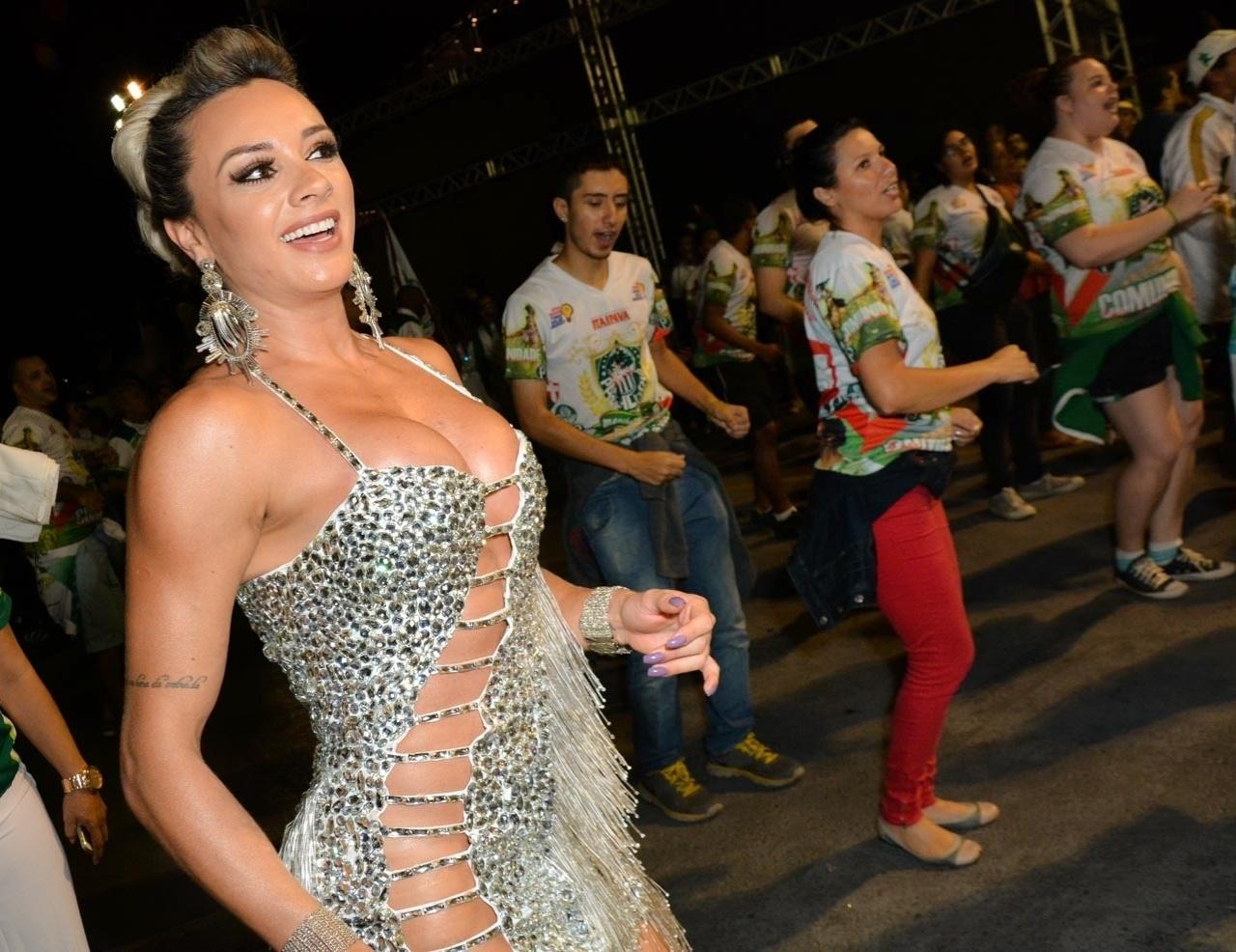 6.fev.2015 - Juju Salimeni cai no samba no último ensaio técnico da Mancha Verde na noite desta sexta-feira, no Sambódromo do Anhembi, zona norte de São Paulo