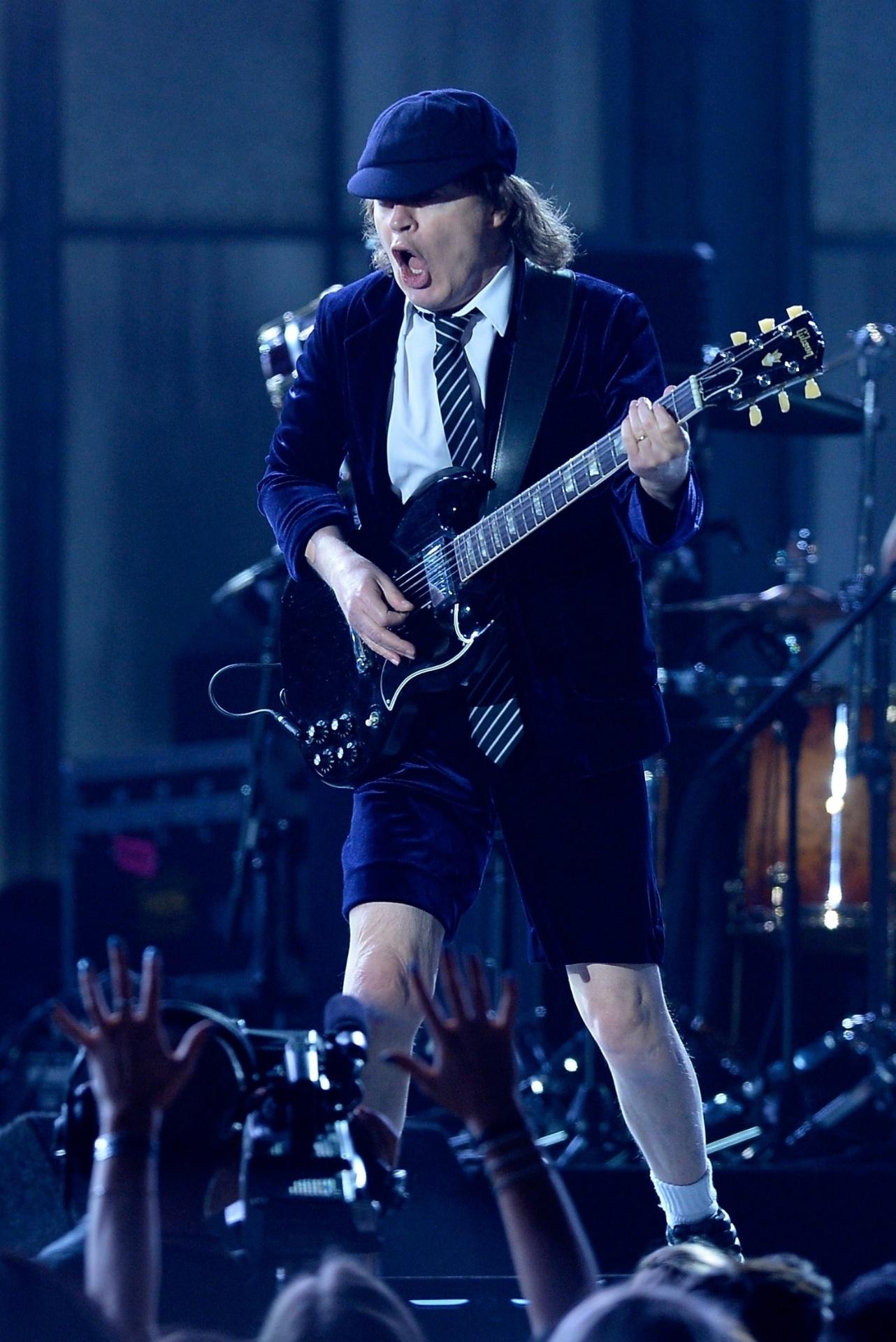 8.fev.2015 - 8.fev.2015 - O guitarrista Angus Young da banda AC/DC foi a primeira a se apresentar durante o 57ª edição do Grammy, em Los Angeles