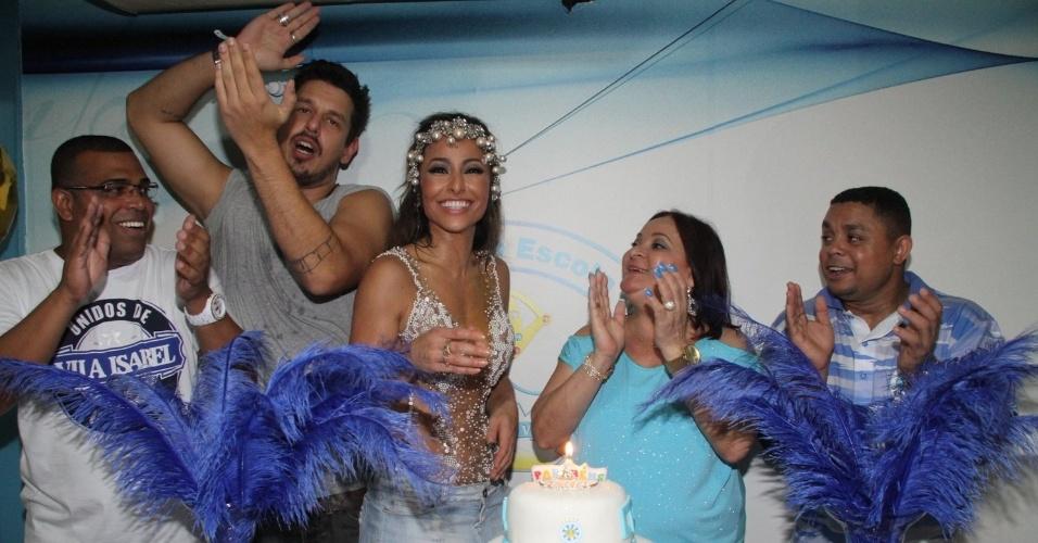 8.fev.2015 - Ao lado do namorado João Vicente de Castro, Sabrina Sato ganha bolo de aniversário durante ensaio na quadra da Vila Isabel, no Rio de Janeiro