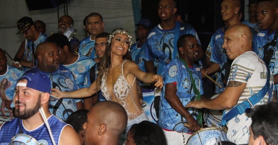 8.fev.2015 - De maiô transparente, Sabrina Sato samba em meio à bateria da Vila Isabel durante ensaio na quadra da escola, no Rio de Janeiro