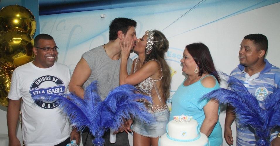 8.fev.2015 - Sabrina Sato ganha beijo do namorado, João Vicente de Castro, após receber festa de aniversário durante ensaio na quadra da Vila Isabel, no Rio de Janeiro